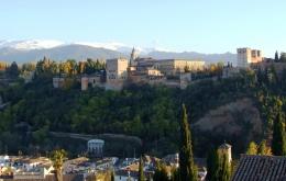 La Alhambra, con Sierra Nevada al fondo, se encuentra a menos de una hora en coche de Casa Olea.
