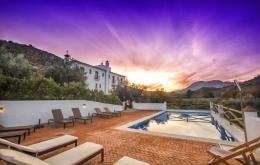 Casa Olea kleine Hotels Spanien Pool bei Sonnenuntergang