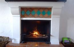 Casa Olea en invierno - un salón íntimo con su chimenea de leña y suelo radiante por todo la casa.